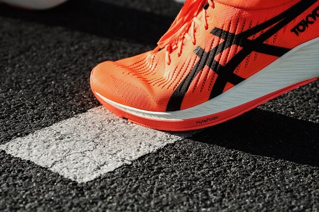 The ASICS Flytefoam technology in combination with the carbon fibre plate offers dynamic damping while running 2020