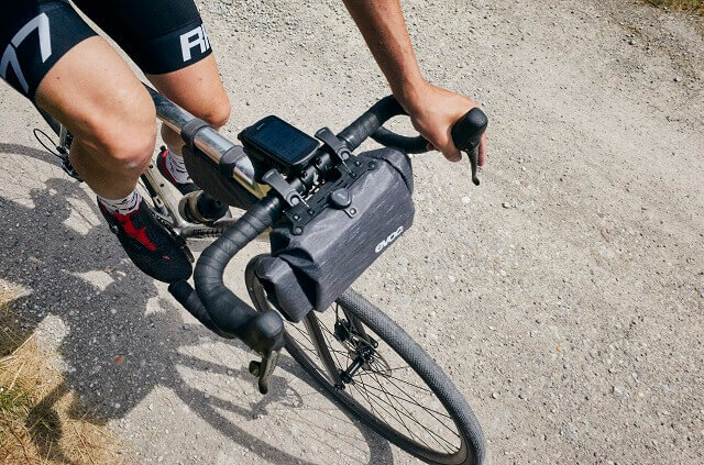 The EVOC Handlebar Pack Boa 5l handlebar caster offers a practical storage space on the handlebars for bike packing