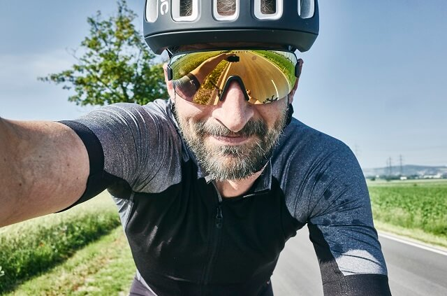 The POC Ventral Air Spin NFC bicycle helmet and the POC Aim Glasses in Test 2020 complement each other well in their form