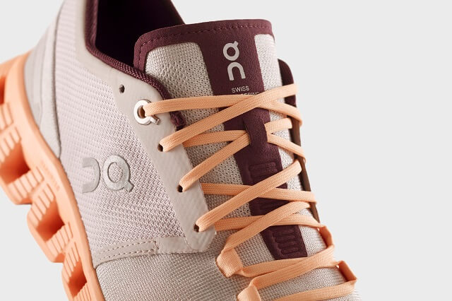 The seamless upper material of the On Cloud X is thinly breathable, slightly comfortable and breathable