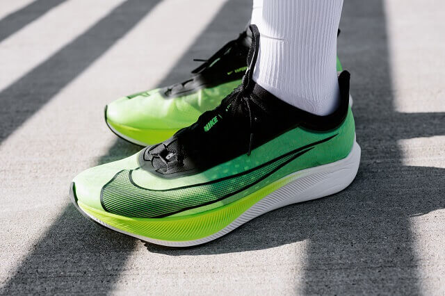 The Nike Zoom Fly 3 running shoe can be seen as an entry-level model to running shoes with carbon fiber plate