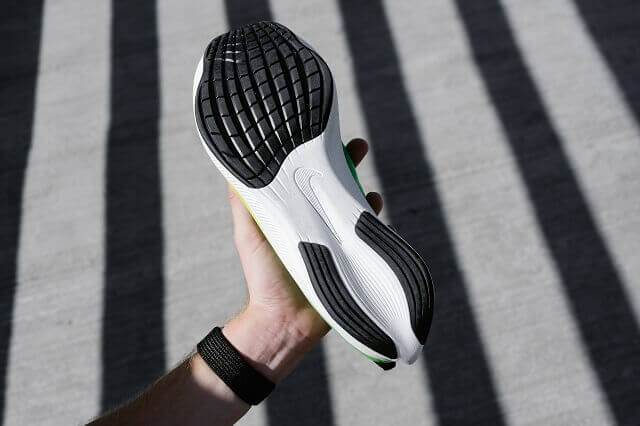 The carbon fiber plate is located in the midsole of the running shoes and provides for a lot of dynamics and a fast run