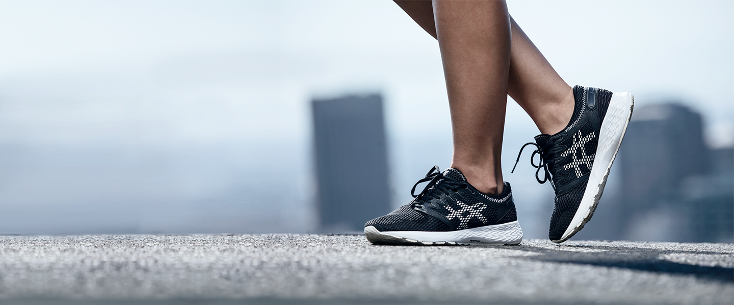 With a full-length Flytefoam midsole, stable fibers and a breathable mesh upper, the ASICS RoadHawk FF brings speed to the road.