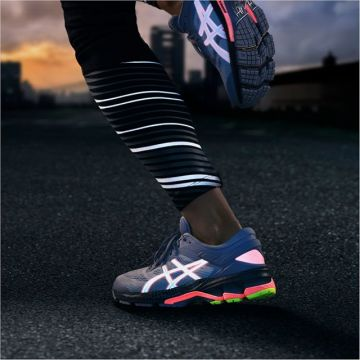 Dark autumn and winter runs coming up. What about lightening yourself up with the new @asics Litesho...